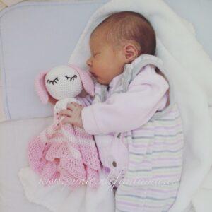 Karolina con su mantita de apego